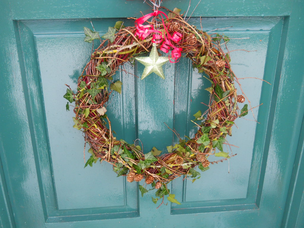 How to make a biodegradable willow wreath easy and free for How to make christmas door wreaths