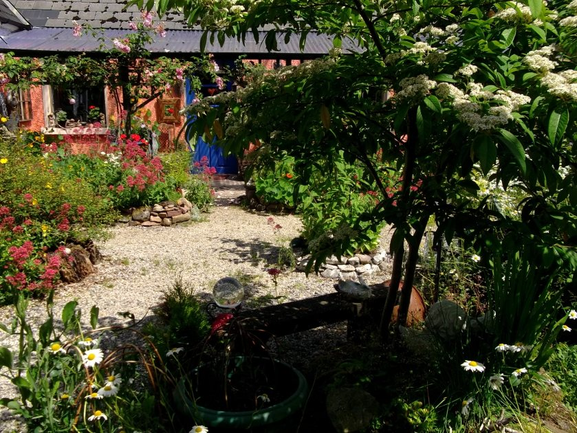 Bealtaine Cottage courtyard